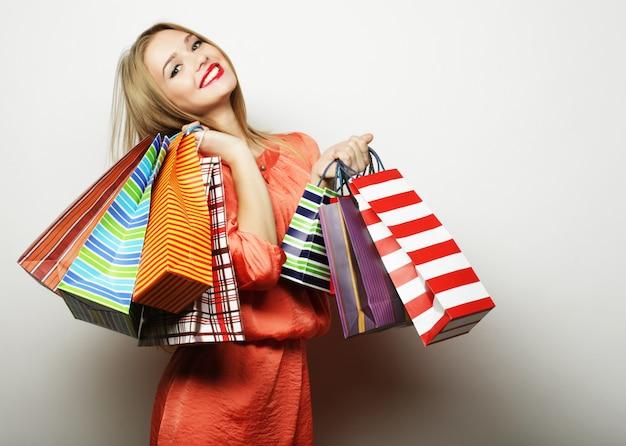 Ritratto di giovane donna sorridente felice con borse della spesa
