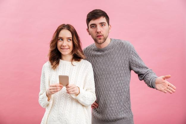Il ritratto di giovani coppie amorose si è vestito in maglioni