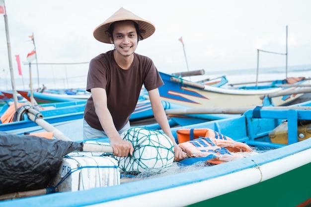 Ritratto di un giovane pescatore maschio pronto per andare a pescare