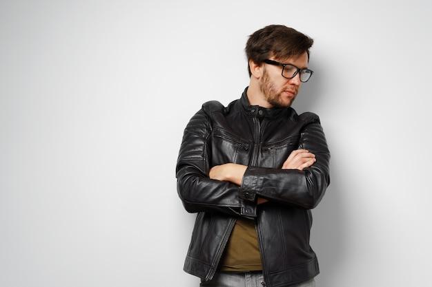 Ritratto di un giovane uomo con gli occhiali che indossa giacca di pelle nera