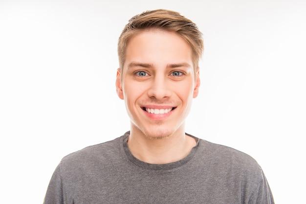 Ritratto di un giovane uomo sorridente