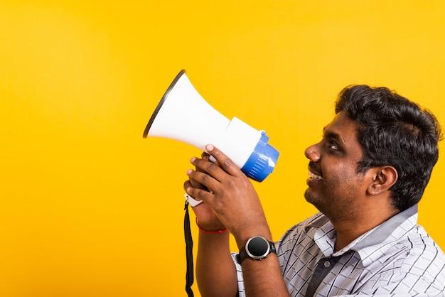 Ritratto giovane uomo in piedi per rendere il messaggio di annuncio gridando urlando nel megafono
