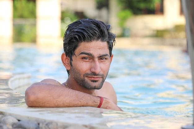 Ritratto di giovane uomo in piscina