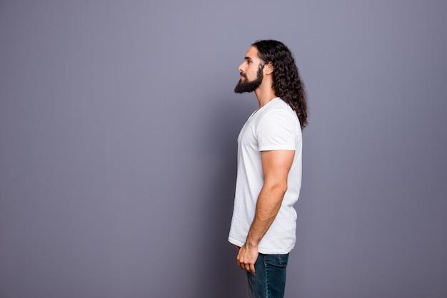 Ritratto di giovane uomo con barba e capelli lunghi