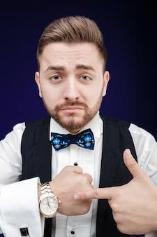 Ritratto di giovane uomo con la barba mostra da guardare