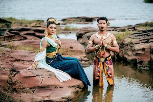 Ritratto di giovane uomo e donna che indossa un bellissimo costume tradizionale posa in natura in thailandia