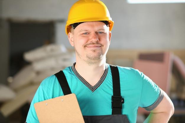Ritratto di giovane uomo nel lavoro