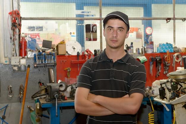 Ritratto di un giovane meccanico nella sua officina