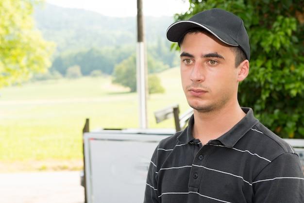 Ritratto di un giovane meccanico all'aperto