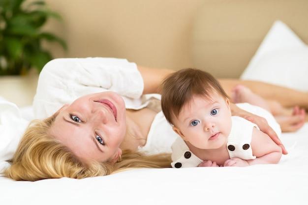 Ritratto di giovane madre e sua figlia di 4 mesi, vista ravvicinata