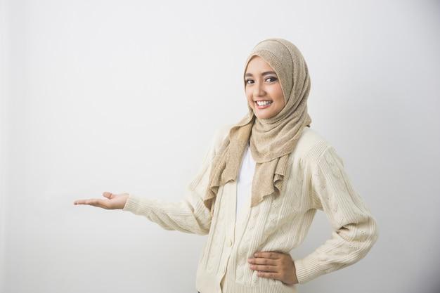 Ritratto di una giovane donna musulmana che mostra un'area vuota