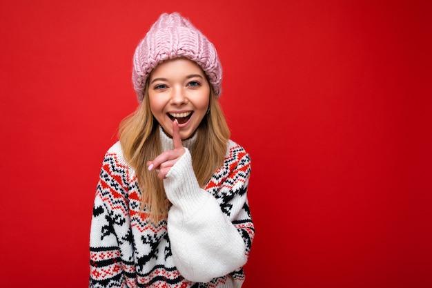 Ritratto di giovane donna bionda attraente felice positiva con emozioni sincere