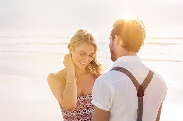 Ritratto di una giovane donna timida in piedi davanti a un uomo
