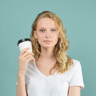 Ritratto di ragazza giovane studente con una tazza di caffè