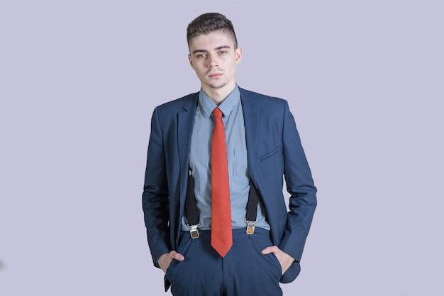 Ritratto di un ragazzo giovane ed elegante in un vestito