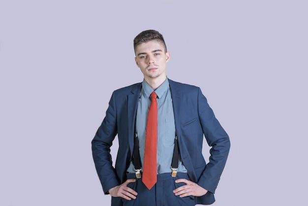 Ritratto di un uomo giovane ed elegante in un vestito