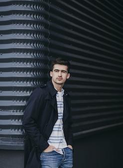 Ritratto di giovane uomo elegante che indossa giacca in strada, stile di vita.