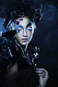 Ritratto di giovane donna stilista con volto creativo. festa di halloween.