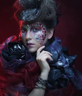 Ritratto di giovane donna stylisn con volto creativo.