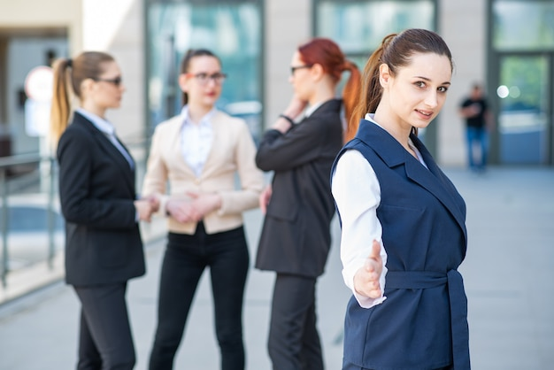 Ritratto di una giovane e donna d'affari di successo che tende la mano