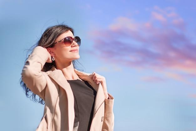 Ritratto di una giovane donna di successo contro il cielo