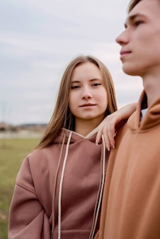 Ritratto di giovane ragazza adolescente in piedi all'aperto nel parco