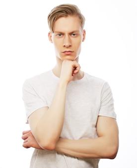 Ritratto di giovane uomo di pensiero con la mano vicino al fronte - isolato su bianco.