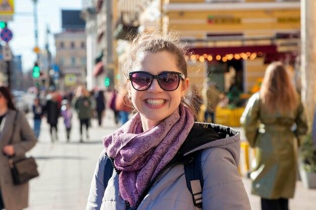 Ritratto di giovane donna turistica, cammina e gode delle attrazioni di san pietroburgo. concetto di viaggio fantastico e avventure indimenticabili. copia spazio