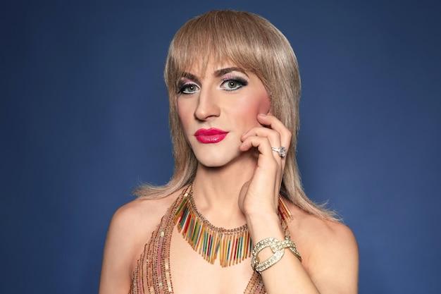 Ritratto di giovane uomo transgender su sfondo colorato