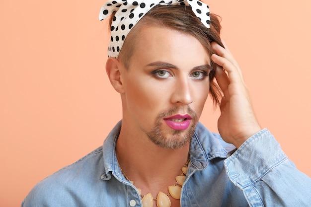 Ritratto di giovane donna transgender
