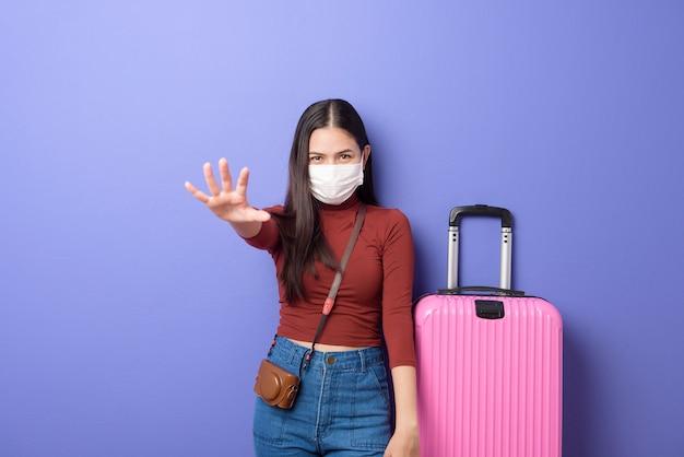 Ritratto di donna giovane viaggiatore con maschera, nuovo concetto di viaggio normale