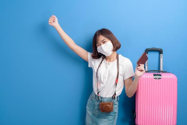 Un ritratto di donna giovane viaggiatore con maschera facciale, nuovo concetto di viaggio normale