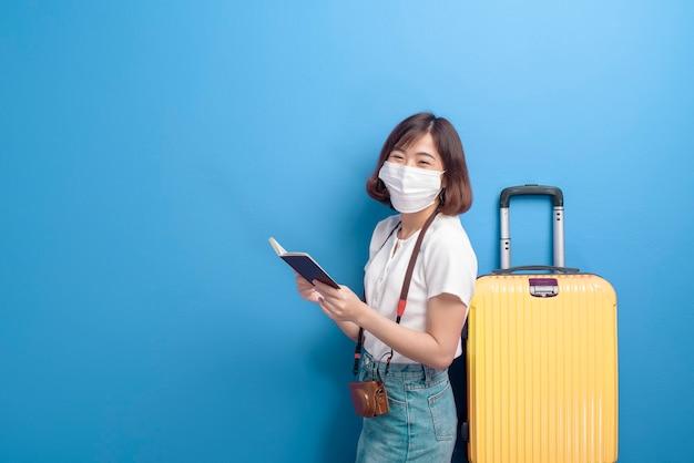 Un ritratto di donna giovane viaggiatore con maschera facciale