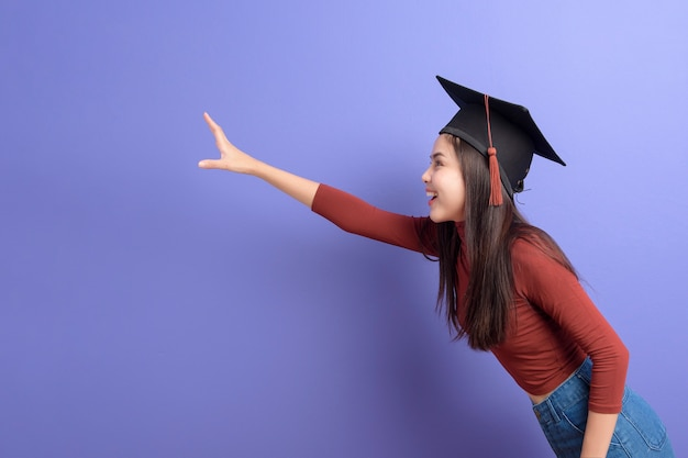 Ritratto di donna giovane studente universitario con tappo di laurea
