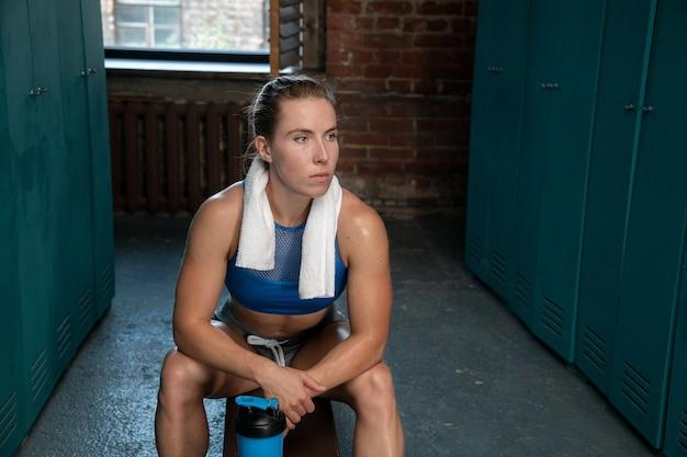 Ritratto di una giovane donna dopo l'allenamento in palestra
