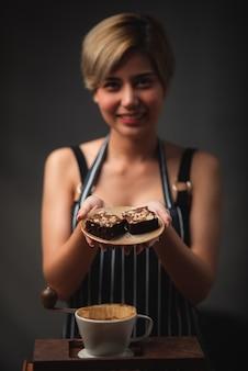 Ritratto di un barista asiatico della giovane donna, concetto del lavoratore del caffè del caffè