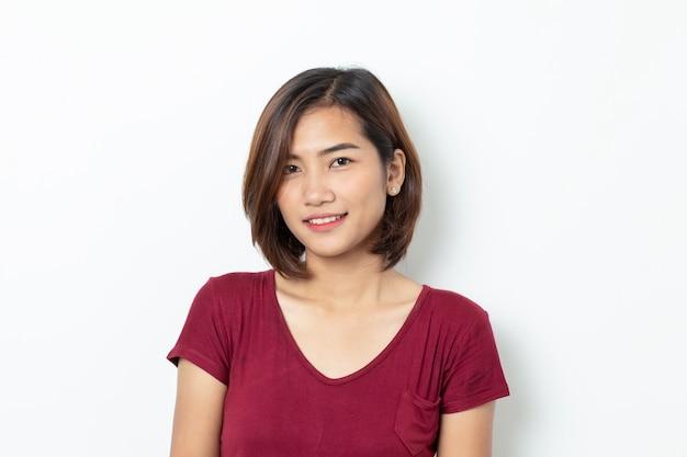 Ritratto di giovane donna asiatica isolata