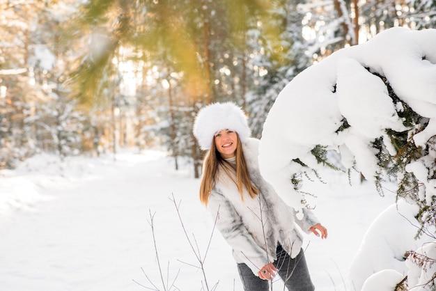 Ritratto di giovane donna nella gelida foresta invernale