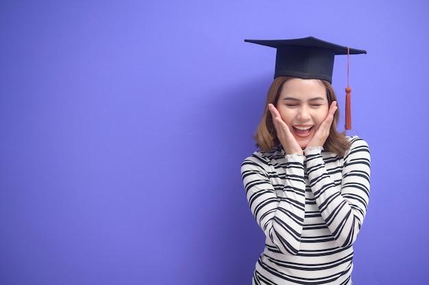 Un ritratto di giovane donna laureata in blu