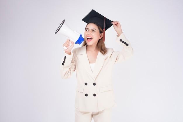 Ritratto di giovane donna laureata su sfondo bianco