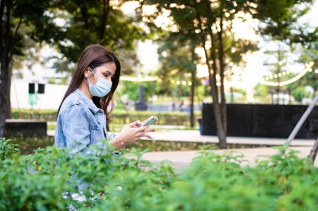 Ritratto di una giovane donna in una maschera medica per la protezione contro l'epidemia di malattia infettiva pandemica anti-coronavirus covid-19