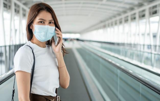 Ritratto di una giovane donna con maschera medica per pandemia di anti-coronavirus covid-19