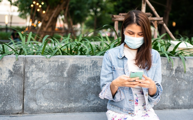 Ritratto di una giovane donna con una maschera medica per la pandemia di anti-coronavirus covid-19