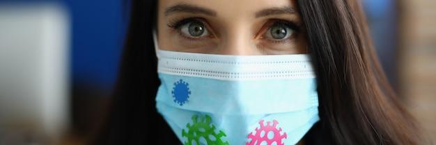 Ritratto di giovane donna in maschera protettiva medica contaminata da infezione da coronavirus.
