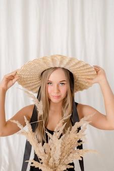Ritratto di una giovane donna su sfondo tessile