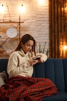 Ritratto di giovane donna utilizza lo smartphone e sorridente