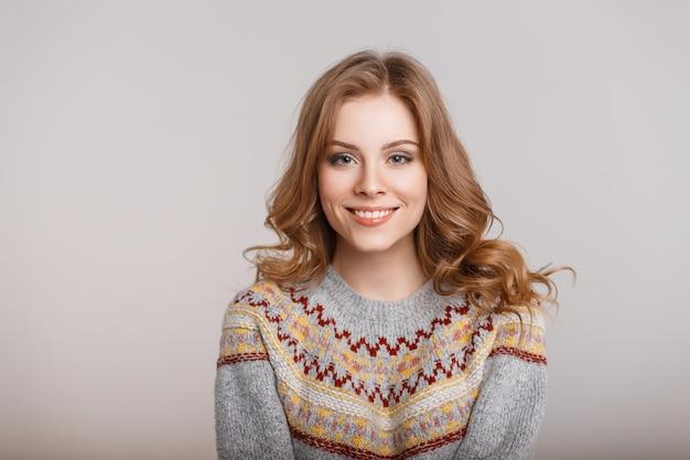 Ritratto di una giovane donna in un maglione vintage