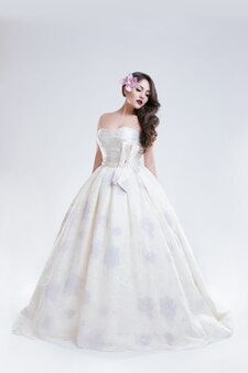Ritratto di giovane donna in abito da sposa