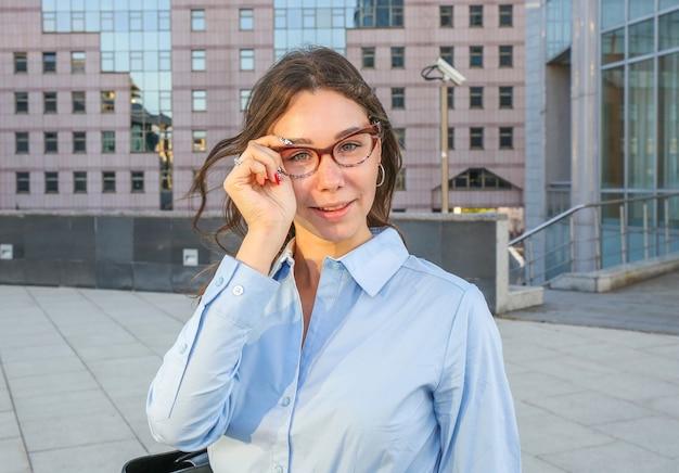 Ritratto di una giovane donna con gli occhiali
