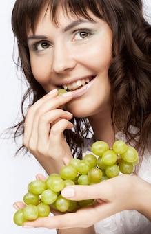 Ritratto di giovane donna con uva verde